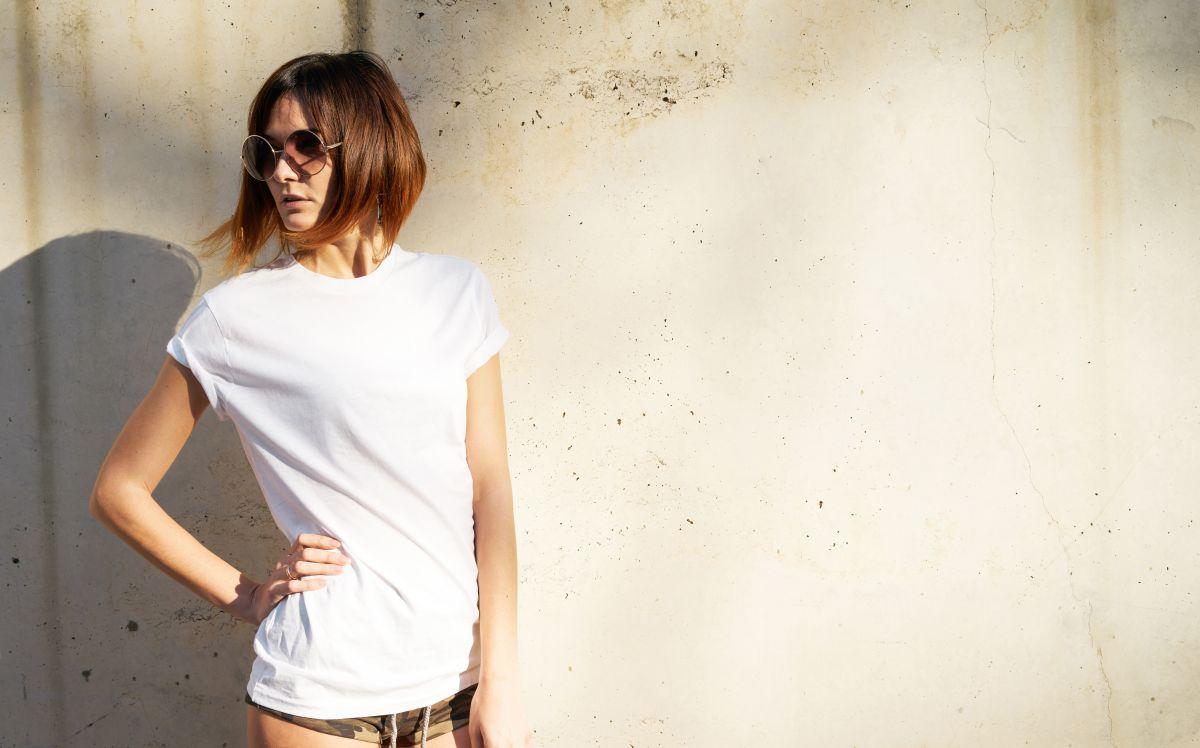 kobieta w białym tshircie